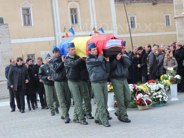 Sute de persoane la funeraliile militarilor Razvan Moldovan si Dorin Fodor, la Alba Iulia si Ţaga - FOTO