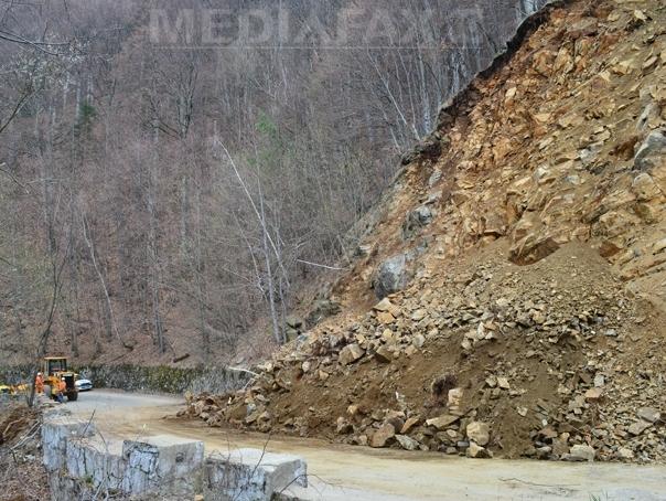 Caderi de pietre pe DN 1, pe Valea Prahovei, �n urma ploilor si a scurgerilor de pe versanti