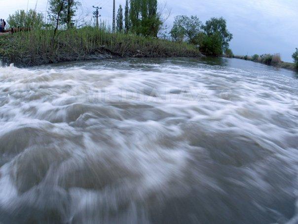 CODUL PORTOCALIU de inundatii, mentinut pe r�uri din cinci judete din sud, p�na vineri seara