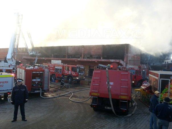 Incendiu puternic �ntr-un centru comercial din Suceava. O parte din plafon s-a prabusit - FOTO