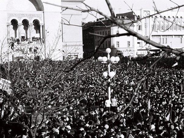 """25 DE ANI DE LA REVOLUŢIE: 21 decembrie '89 - Muncitori din Oltenia, adusi la Timisoara cu trenuri, sa lupte cu """"huliganii"""" - FOTO"""