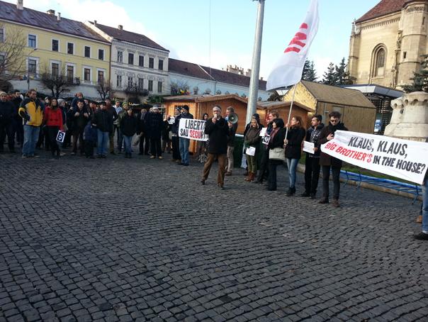 Peste o suta de persoane au protestat la Cluj-Napoca fata de adoptarea Legii securitatii cibernetice - FOTO