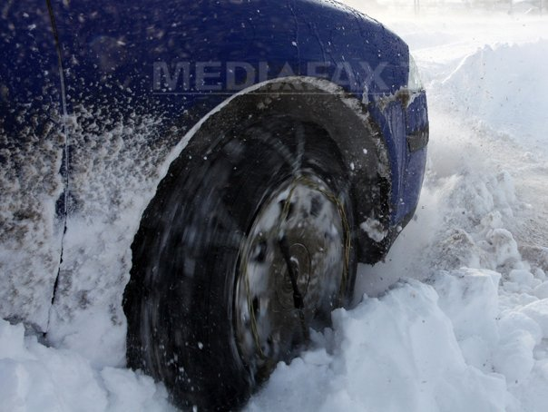D�mbovita: Patru turisti ramasi blocati cu masina pe un drum din Muntii Bucegi, recuperati de jandarmi