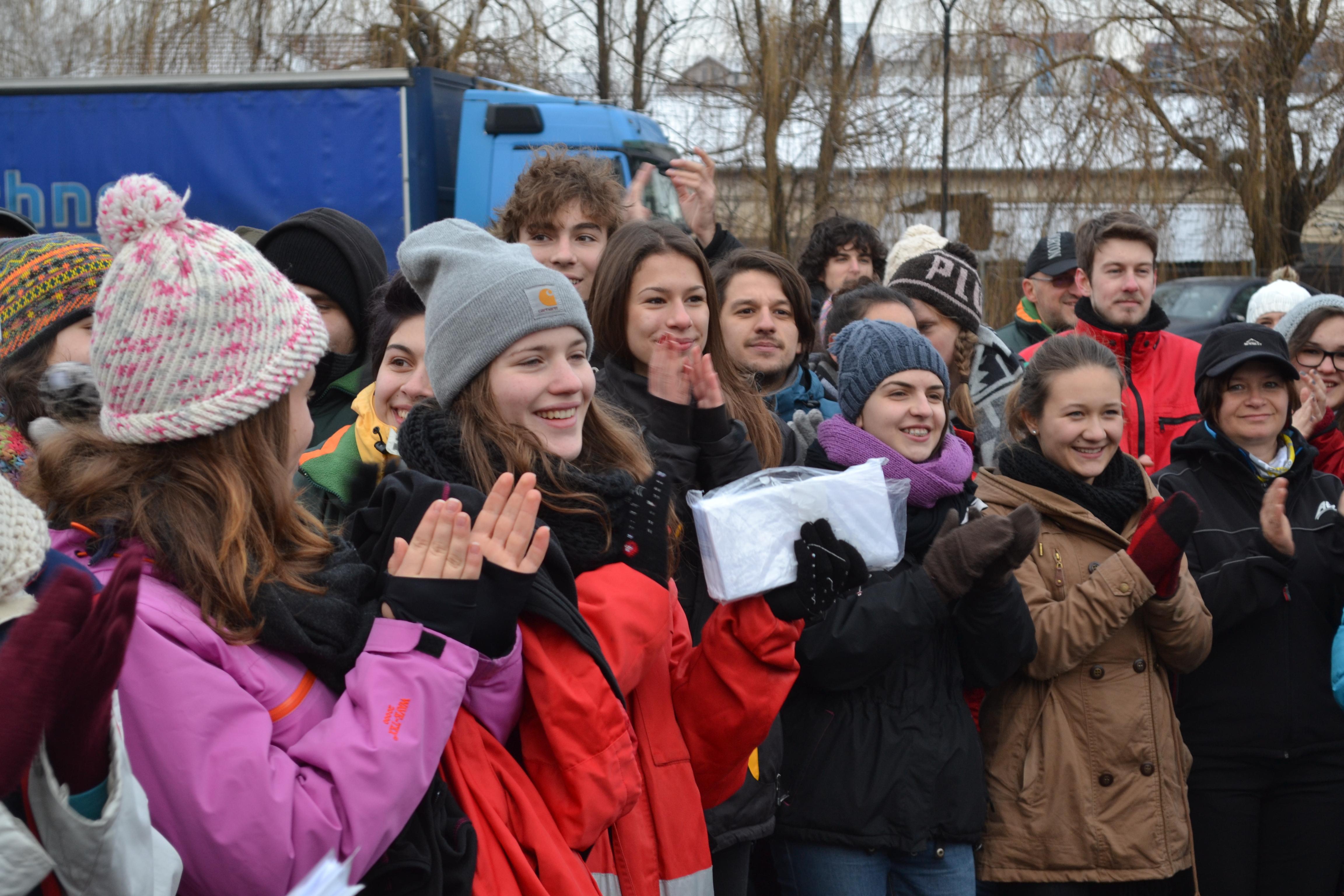 Peste 20.000 de copii din 4 judete primesc pachete din Germania, dar trebuie sa planteze c�te un pom - FOTO
