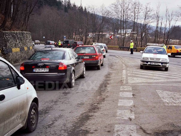 Aglomeratie pe DN 1, pe Valea Prahovei, multi turisti merg�nd la munte pentru weekend