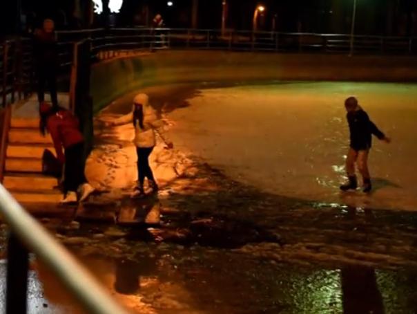 Ancheta a Politiei Cluj, dupa ce mai multe persoane au cazut �n apa unui lac transformat �n patinoar - VIDEO