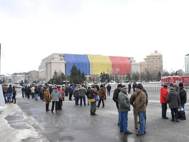 Revolutionarii continua protestul la Guvern si greva foamei, cer�nd retragerea OUG privind noi certificate. Guvernul nu a discutat despre aceasta situatie