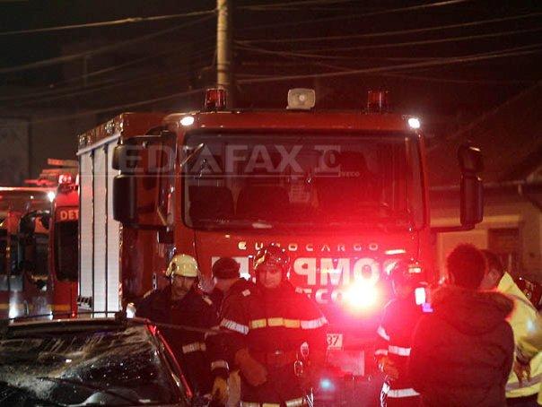 Mehedinti: Zece masini, avariate dupa ce acoperisul unui bloc s-a prabusit din cauza v�ntului