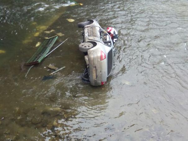 Trei persoane, ranite �n Bucuresti dupa ce masina �n care se aflau a cazut �n D�mbovita