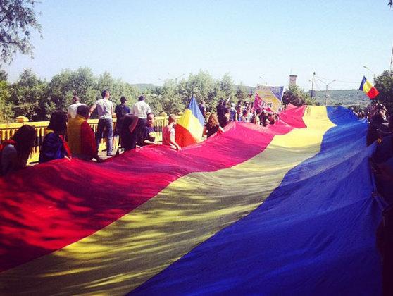 Imaginea articolului Un steag tricolor de 300 de metri a unit România cu Republica Moldova la podul peste Prut de la Sculeni