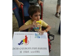 """Imaginea articolului REPORTAJ: 300 de persoane la marşul """"Oraşul pentru oameni"""", cei cu dizabilităţi au cerut """"Fără bordUră"""""""