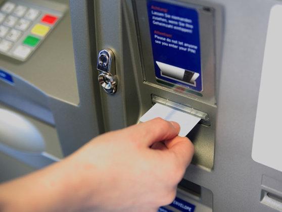 Imaginea articolului Falsificator de carduri, surprins în flagrant la ATM sâmbătă noaptea în Capitală şi reţinut