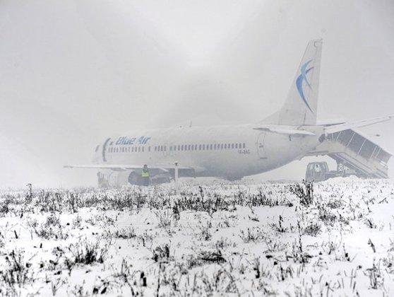 Imaginea articolului Incident aviatic la Cluj. Un avion al Blue Air cu 116 pasageri a ieşit de pe pista la aterizare din cauza zăpezii - GALERIE FOTO, VIDEO