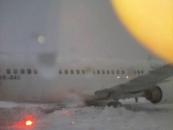 Imaginea articolului Patru curse anulate pe Aeroportul Otopeni din cauza ninsorii; altele, întârzieri la decolare