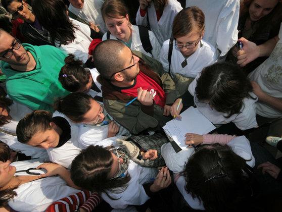 Imaginea articolului REVOLTĂ: Studenţii de la Medicină ameninţă cu proteste dacă se fac schimbări în bibliografia pentru Rezidenţiat