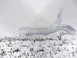 Imaginea articolului INCIDENTUL aviatic de la Cluj - CIAS: Condiţiile meteorologice, factor favorizant pentru ieşirea de pe pistă a avionului Blue Air