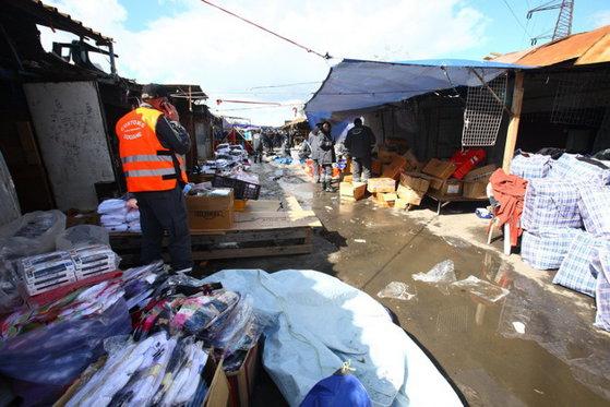 """Imaginea articolului Razie de amploare la complexul """"Europa"""" din Capitală. Poliţia a amendat mai mulţi comercianţi şi a confiscat bunuri"""