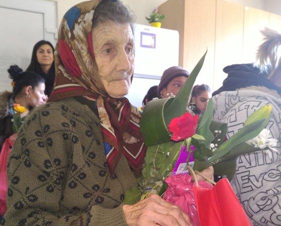"""Imaginea articolului Flori de 8 Martie pentru femeile """"invizibile"""" ale Clujului, aflate în centre sociale. """"Figurez ca mamă doar în buletin, fiica mea nu mai vorbeşte cu mine, nici nu vine să mă vadă"""". GALERIE FOTO"""