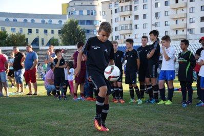 Meci caritabil pentru copii abandonaţi, cu foşti jucători ai echipei naţionale - GALERIE FOTO