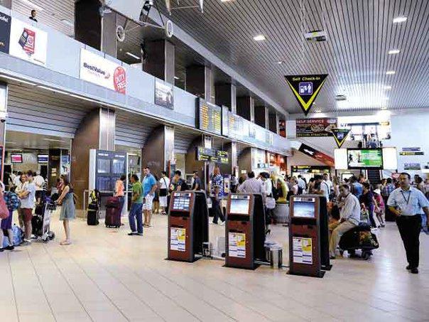 """Imaginea articolului VIDEO Pasagerul cu numărul 10.000.000 din 2016 a fost premiat la terminalul Sosiri de pe Aeroportul Otopeni: """"Mi se pare un aeroport care are un nivel foarte ridicat de servicii"""""""