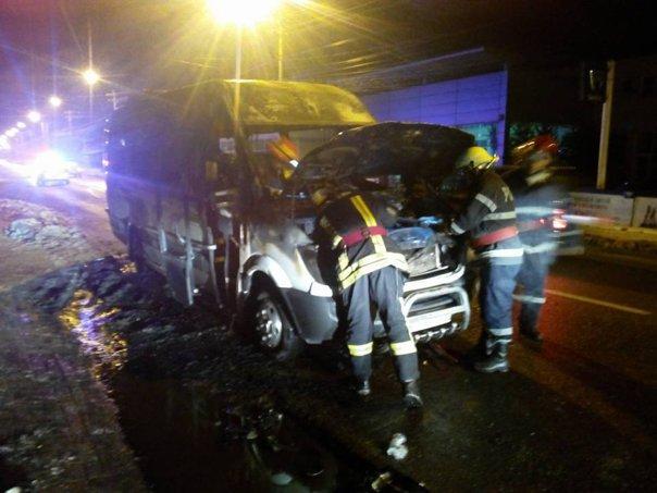 Imaginea articolului Un microbuz cu călători a luat foc în mers în Câmpulung Moldovenesc
