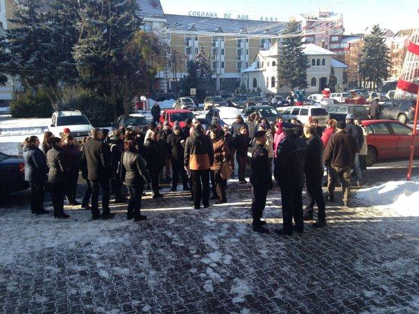 Imaginea articolului FOTO Părinţii elevilor şcolii din Nepos, judeţul Bistriţa-Năsăud, au continuat şi luni protestul