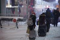Imaginea articolului Elevii mai multor şcoli, obligaţi să circule pe şosea din cauza trotuarelor acoperite de zăpadă: Am învăţat la şcoală că ar trebui să circulăm pe trotuar, dar dacă sunt înzăpezite...