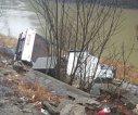 Imaginea articolului FOTO, VIDEO Accident în Vâlcea: Două persoane rănite după ce un camion a căzut în albia râului Olt