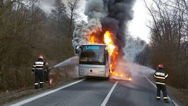 Imaginea articolului FOTO Un autocar în care se aflau 17 persoane a luat foc pe un drum din judeţul Caraş-Severin