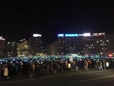 Imaginea articolului Proteste în Piaţa Victoriei. Manifestanţii fac din hârtii colorate steagul Uniunii Europene