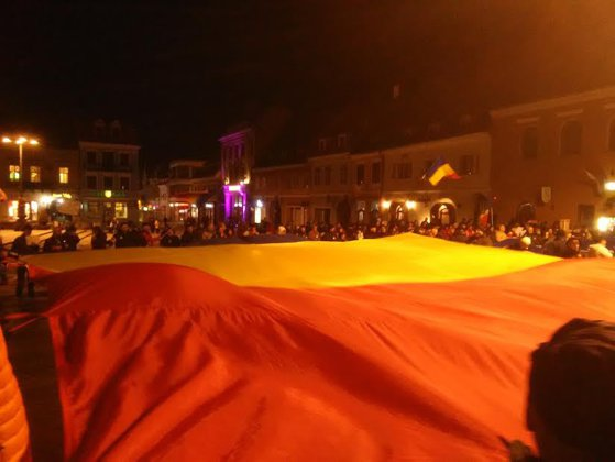 Imaginea articolului GALERIE FOTO Aproximativ 200 de persoane au sărbătorit abrogarea Ordonanţei 13 la Braşov/ Timişorenii au realizat steagul Uniunii Europene din hârtii colorate