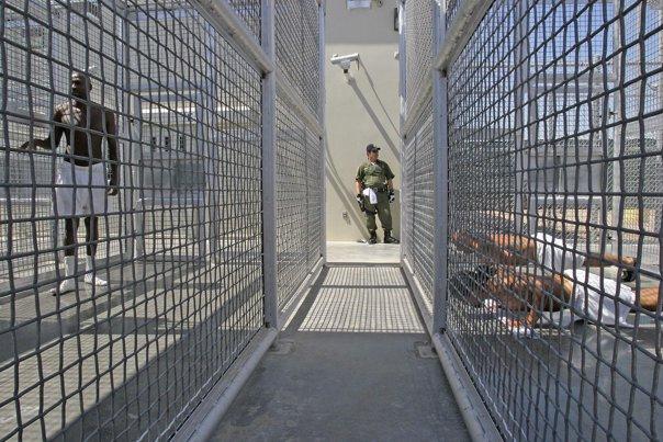Imaginea articolului Un bărbat, ANCHETAT după ce a încercat să plaseze cu o dronă un pachet în Penitenciarul Mioveni