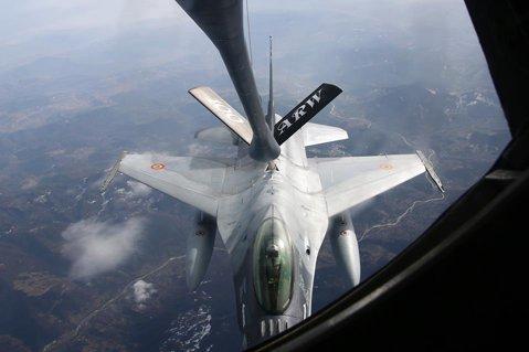 GALERIE FOTO, VIDEO Avioanele F-16 româneşti, prima realimentare în zbor deasupra ţării. Imagini UNICE