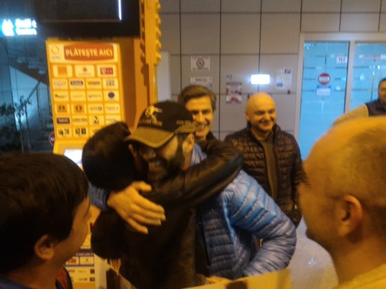 Imaginea articolului FOTO.VIDEO Maratonistul Tibi Uşeriu s-a întors în ţară, unde a fost întâmpinat cu aplauze de peste o sută de persoane: Cel mai DIFICIL moment a fost startul, când mi-am dat seama ce mă aşteaptă