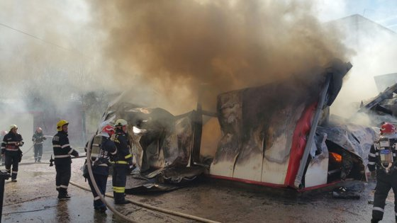 Imaginea articolului FOTO Incendiu la o hală din Sectorul 3 al Capitalei, unde există pericol de prăbuşire