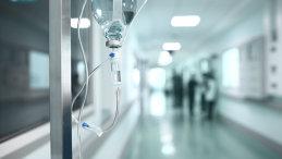 INCIDENT bizar într-un spital din ţară: Un tânăr care şi-a însoţit iubita a muşcat de ureche un alt bărbat. Motivul e HALUCINANT