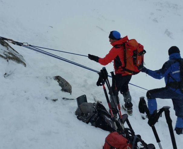 Imaginea articolului FOTO, VIDEO RETEZAT. Trupurile copiilor alpinişti au fost coborâte de pe munte după 12 ore de la producerea AVALANŞEI/ Cinci persoane, printre care şi taţii micuţilor, spitalizaţi