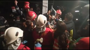 """EMOŢIONANT! Momentul în care copilul căzut în fântână, la peste 16 metri, A FOST SCOS! """"Din cauza hipotermiei, la un moment dat a devenit mai puţin dinamic"""""""