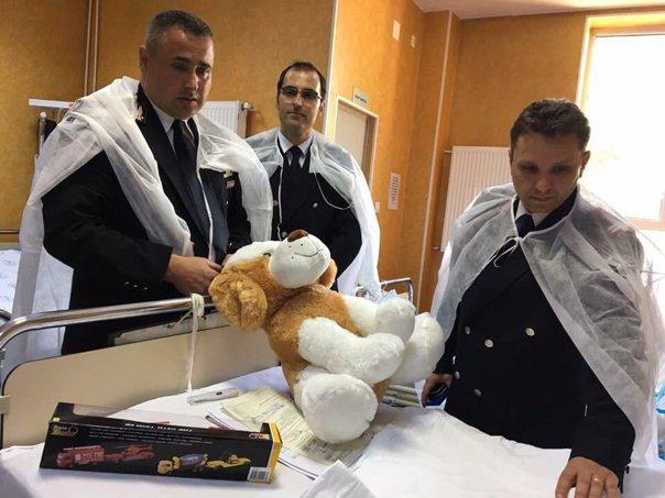 Imaginea articolului FOTO Echipa de salvatori, în vizită la Dănuţ, copilul salvat dintr-o fântână în judeţul Teleorman