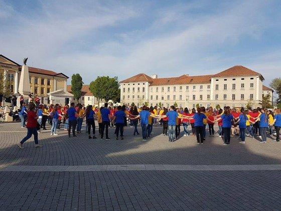 Imaginea articolului FOTO 200 de elevi olimpici la limba şi literatura română au format un tricolor uman, la Alba Iulia