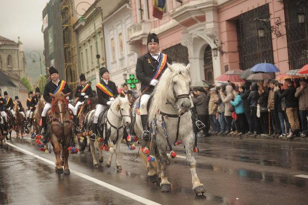 Imaginea articolului GALERIE FOTO Aproximativ 15.000 de persoane au participat la Parada Junilor, în centrul Braşovului