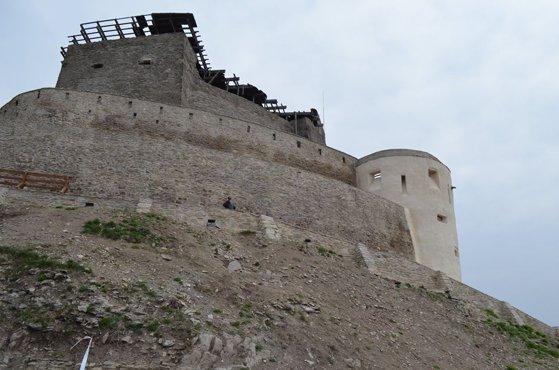 Imaginea articolului Un tânăr a murit după ce a căzut de pe un zid de la Cetatea Devei unde făcea fotografii. Autorităţile au deschis o anchetă