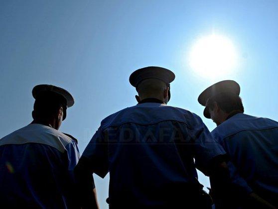 Imaginea articolului Ministrul Afacerilor Interne cere demisia şefului Serviciului Control din Poliţia de Frontieră, fotografiat stând în genunchi în faţa superiorilor
