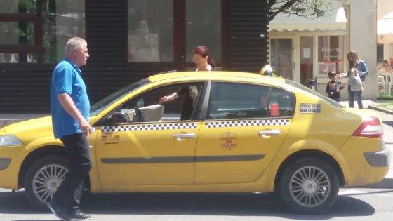 Imaginea articolului FOTO Toate taxiurile din Sinaia trebuie să fie, de joi, galbene. Şofer: Unul e crem, altul galben muştar