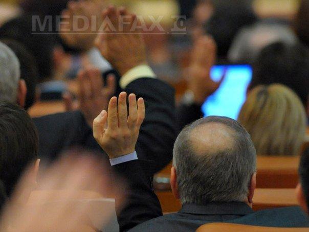 CEARTĂ în Parlament la discuţiile pe legea salarizării. Dumitru Coarnă (SNPPC): `Nimeni nu o să primească niciun spor. (...) Nu mai minţiţi la televizor că ne măriţi salariile, că ne luaţi. Ne luaţi şi contribuţiile`
