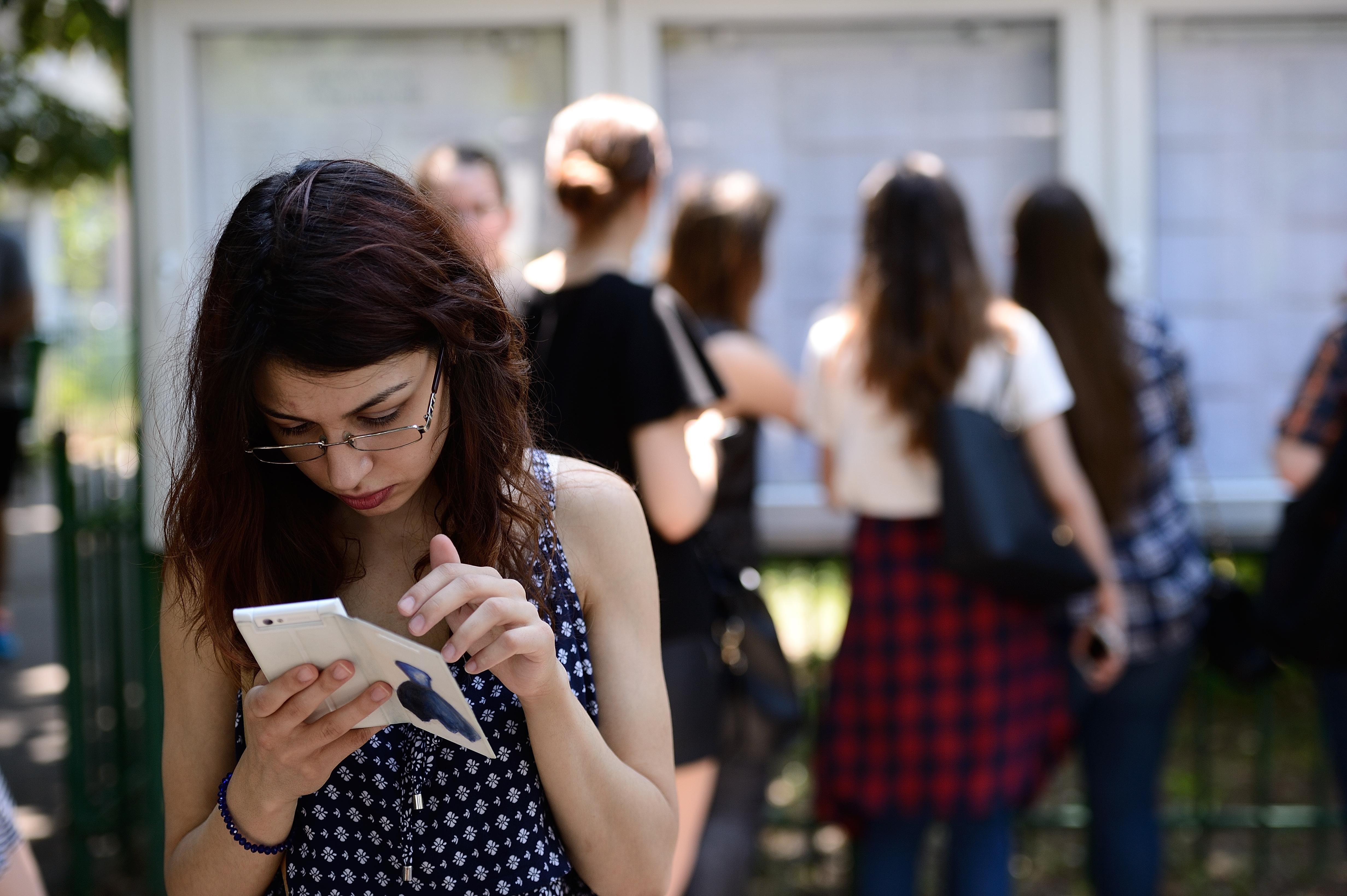 O tânără a fost ELIMINATĂ din bacalaureat pentru că i-a sunat telefonul mobil în timpul examenului