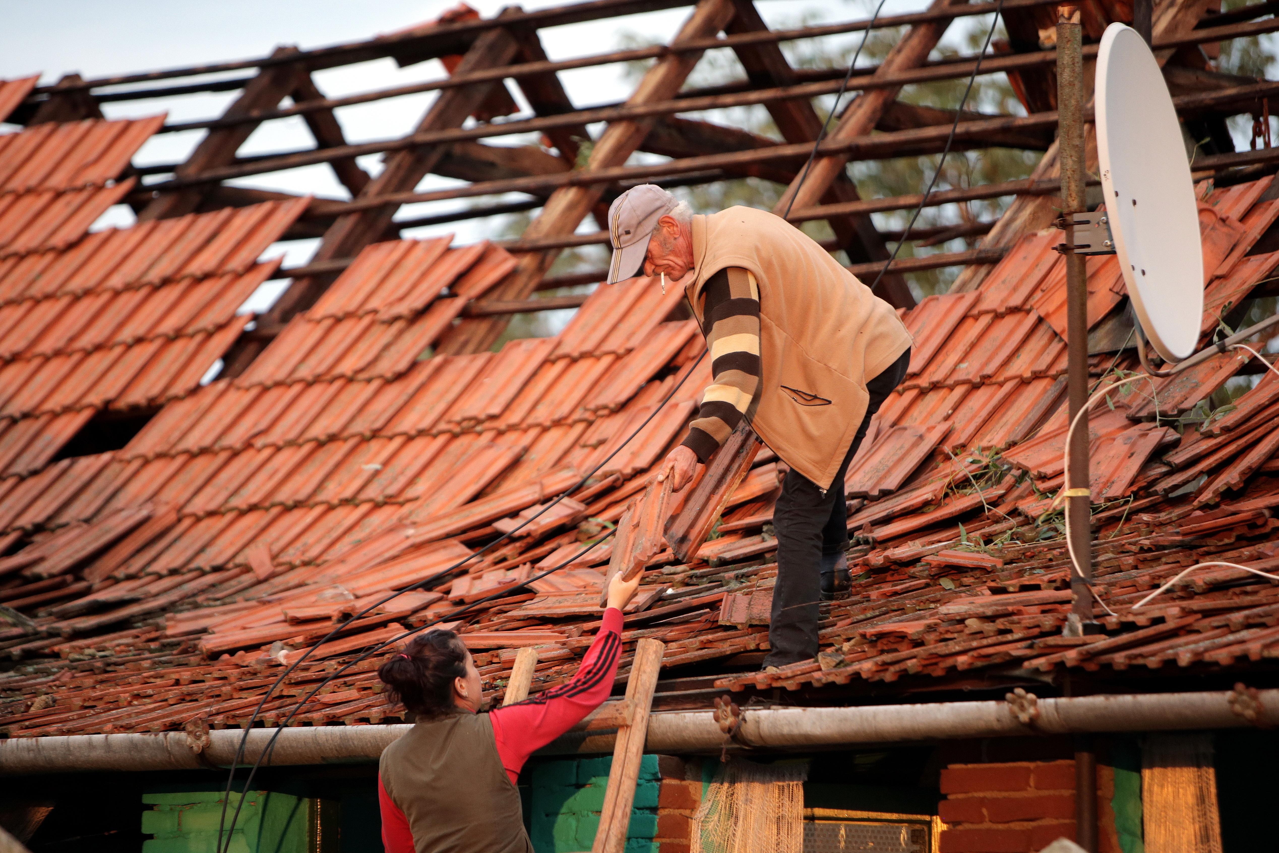 Furtună puternică în Arad: Incendiu, sute de case fără curent electric, mai mulţi copaci rupţi şi maşini avariate