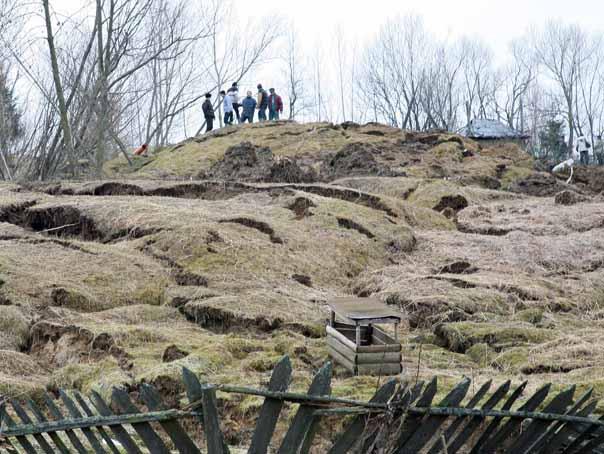 IGSU: 13 persoane din comuna Alunu, judeţul Vâlcea, evacuate din cauza alunecărilor de teren