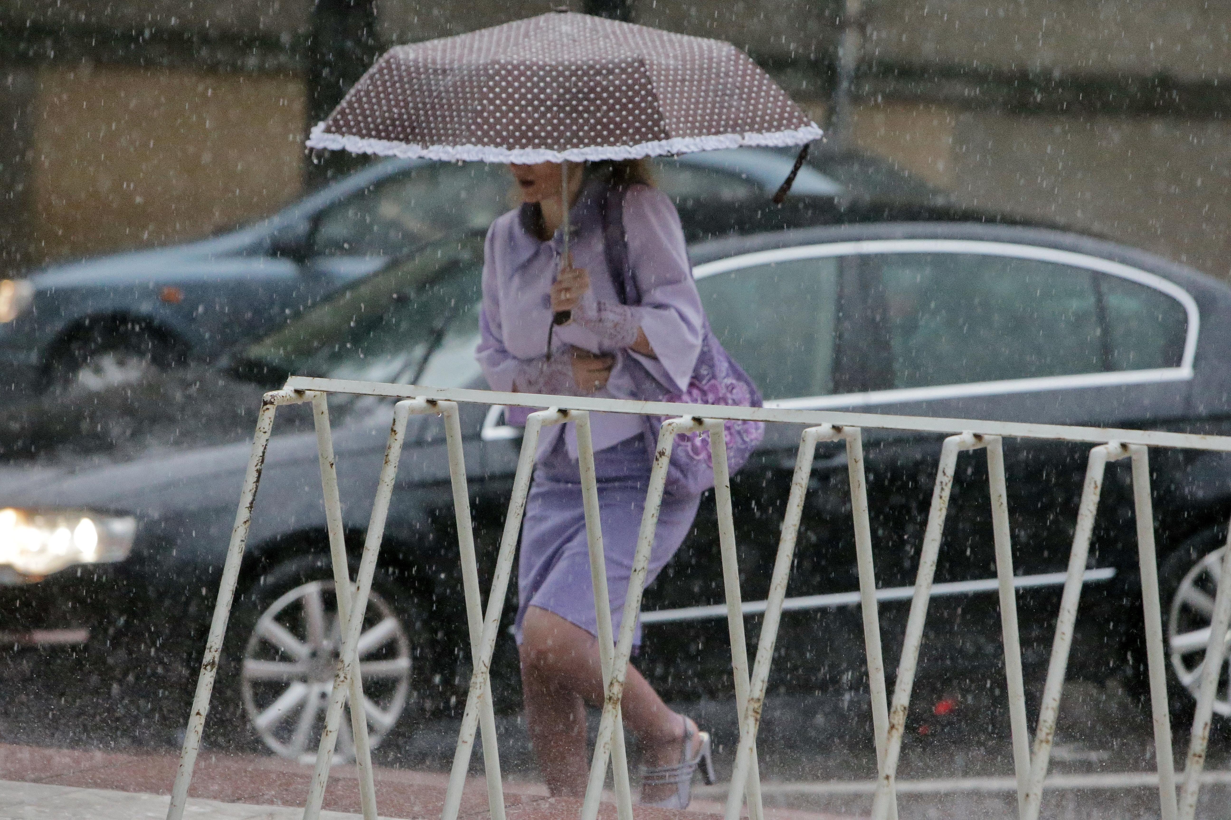 Peste 900 de familii din Prahova au rămas fără curent electric din cauza unei ploi torenţiale