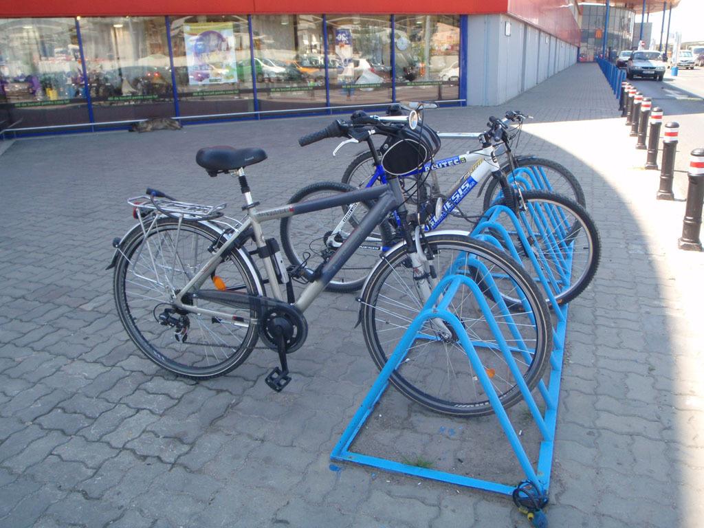 Rasteluri pentru biciclete, puse de primărie în apropierea instituţiilor publice
